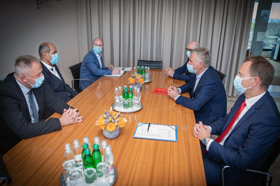 Predsednik vlade Janez Janša in gospodarski minister Zdravko Počivalšek nasrečanju s predstavniki podjetja Magna.