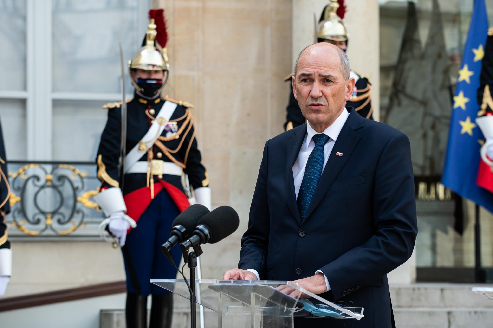 Predsednik vlade Janez Janša se na povabilo predsednika Francoske republike Emmanuela Macrona mudi v Parizu na delovnem obisku.
