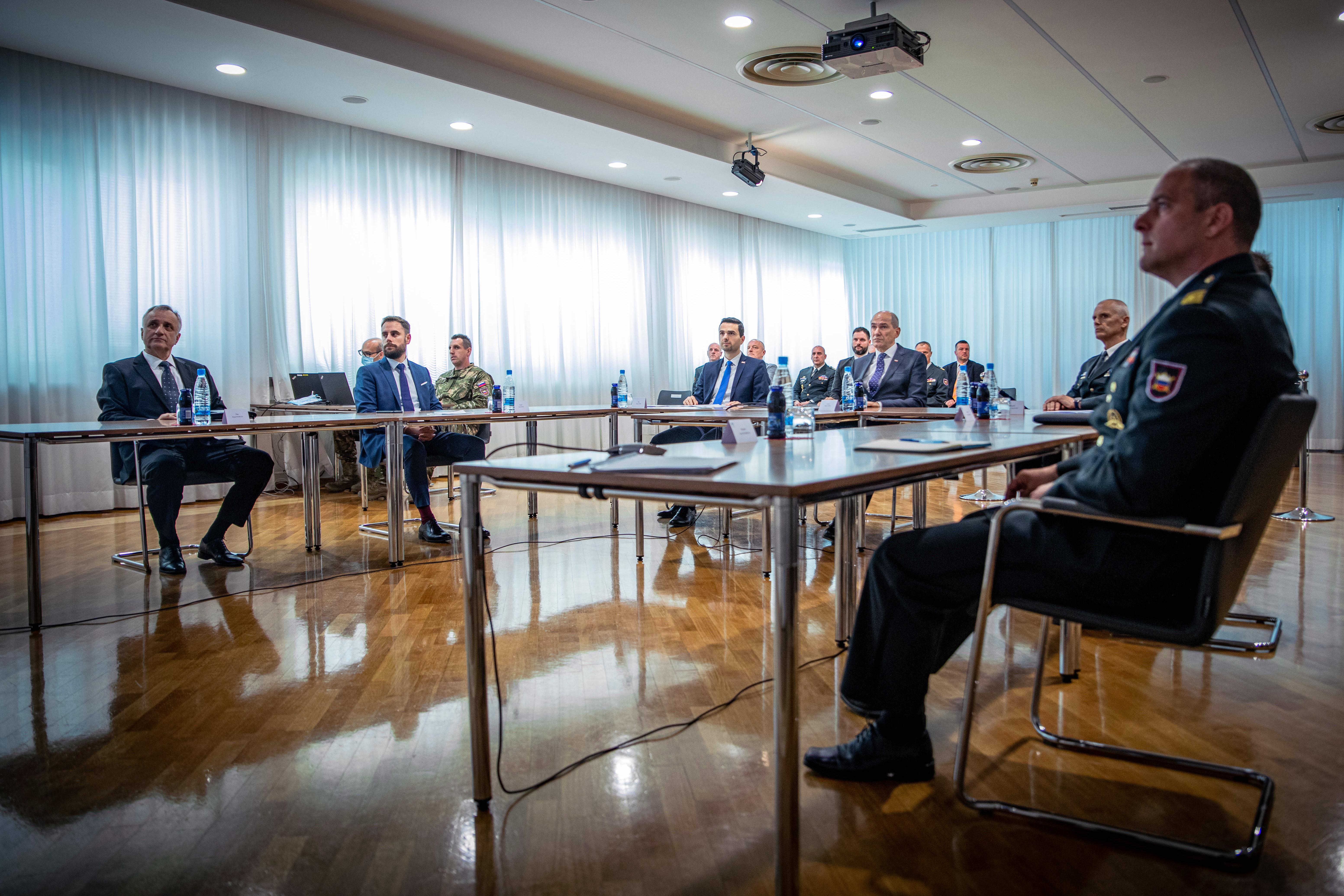 Predsednik vlade Janez Janša pred dnevom državnosti prek avdio-videokonference nagovoril pripadnice in pripadnike Slovenske vojske.