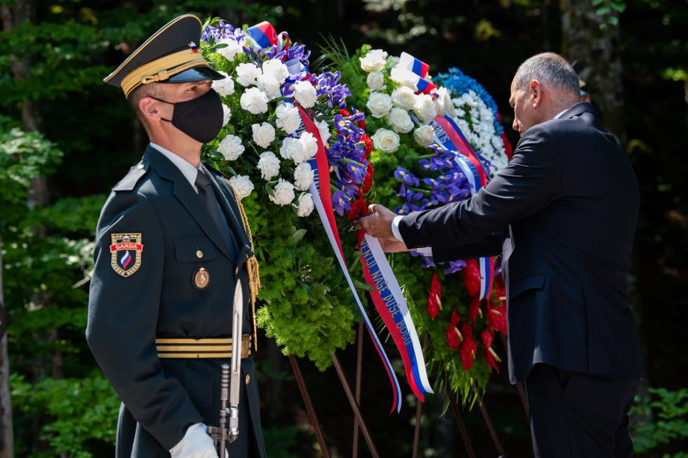 Predsednik vlade Janez Janša je položil venec ob breznu pri Macesnovi gorici v Kočevskem Rogu.