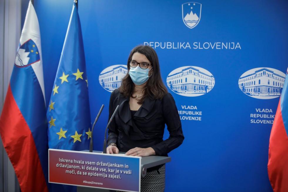Ministrica prof. dr. Simona Kustec na današnji novinarski konferenci.