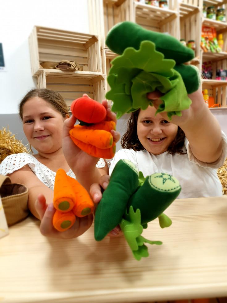 dve dekleti z eko plišastimi igračami
