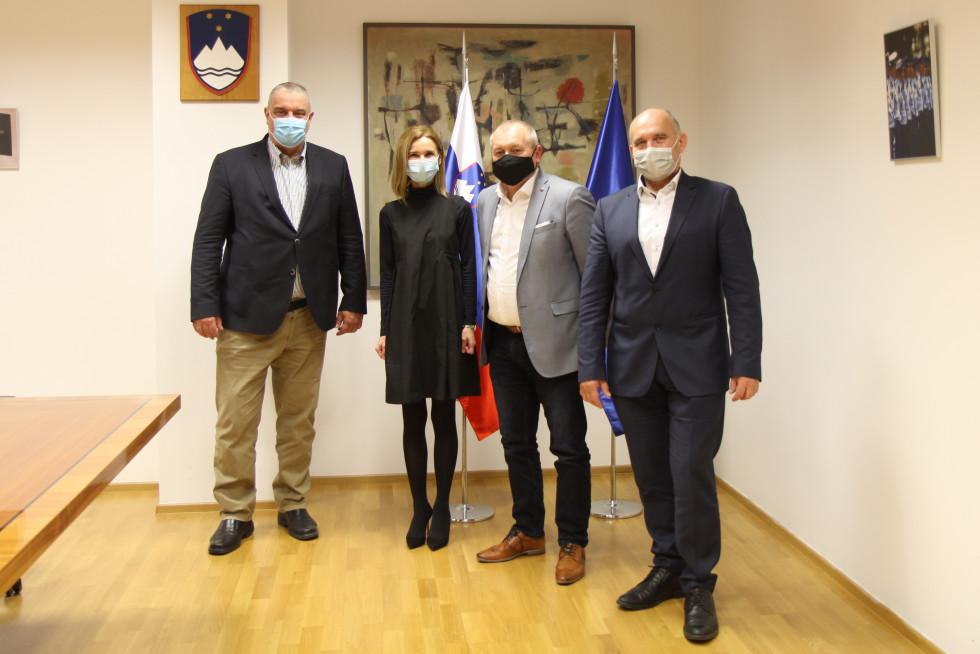 Državni sekretar Franc Kangler in državna sekretarka Terezija Gras, poleg njiju sta še državni sekretar dr. Božo Predalič in s hrvaške strani pomočnik generalnega direktorja policije in vodja mejne uprave Zoran Ničeno.