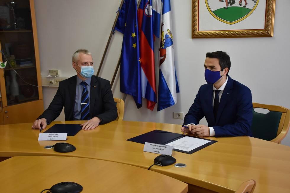 Minister za obrambo mag. Matej Tonin in župan Občine Pivka Robert Smrdelj