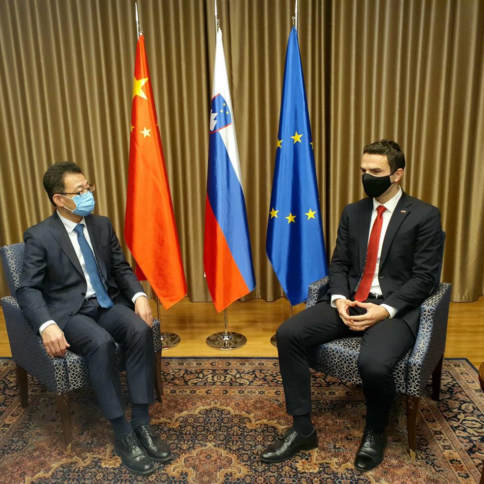 Minister za obrambo mag. Matej Tonin v pogovoru z veleposlanikom Ljudske republike Kitajske v Republiki Sloveniji Wang Shunqingom.