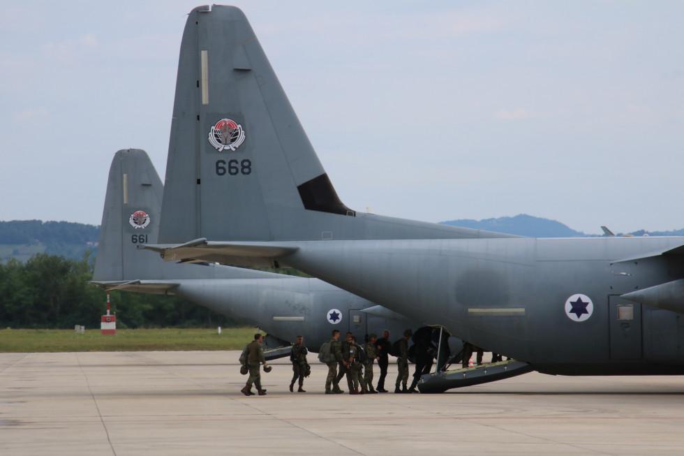 Vkrcanje padalcev v letalo C-130 hercules