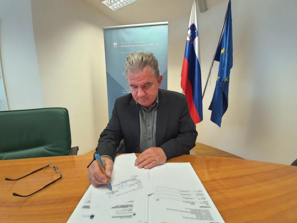 Minister Vizjak podpisuje vlogo