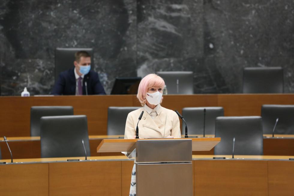 Ministrica za pravosodje Lilijana Kozlovič stoji za govornico in predstavlja spremembe zakona