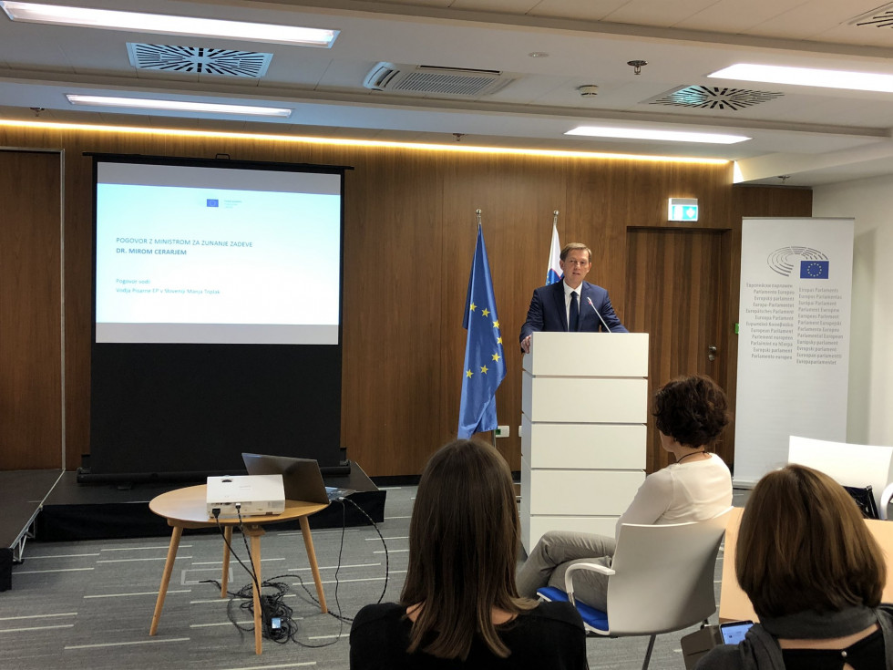 Minister Dr Cerar addresses participants in the Euroscola and European Parliament Ambassador School projects at the House of the European Union.