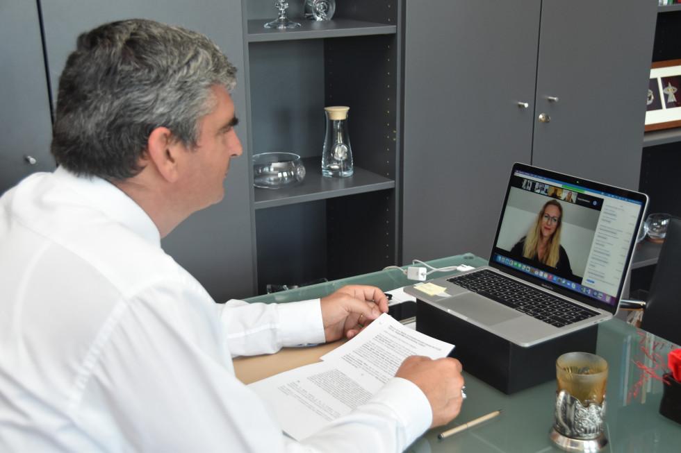 sedi pred ekranom, udeleženka na ekranu