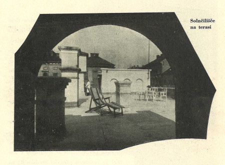 An excerpt from an advertising brochure of the Maribor sanatorium shows a picture of a hospital room.