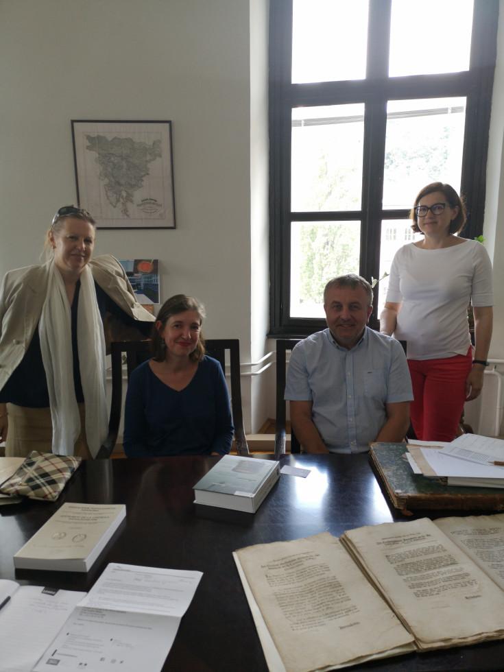 Ga. Isabelle Desvignes, direktorica Francoskega inštituta v Sloveniji, in dr. Bojan Cvelfar, direktor Arhiva Republike Slovenije med ogledom arhivskega gradiva Ilirskih provinc, ki ga hrani osrednji slovenski arhiv.