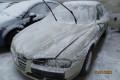 prednji zunanji del (dvignjeni brisalci) avto je zasnežen