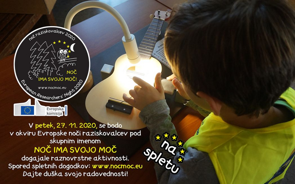 Na sliki je deček, ki pod namizno svetilko izvaja poizkus s struno na kitari in poleg je napisano vabilo na NOČ ima svojo MOČ.na