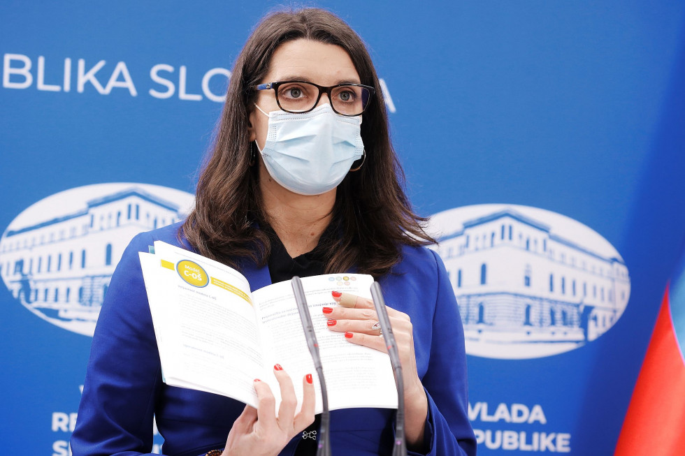 Ministrica Simona Kustec med nastopom na novinarski konferenci