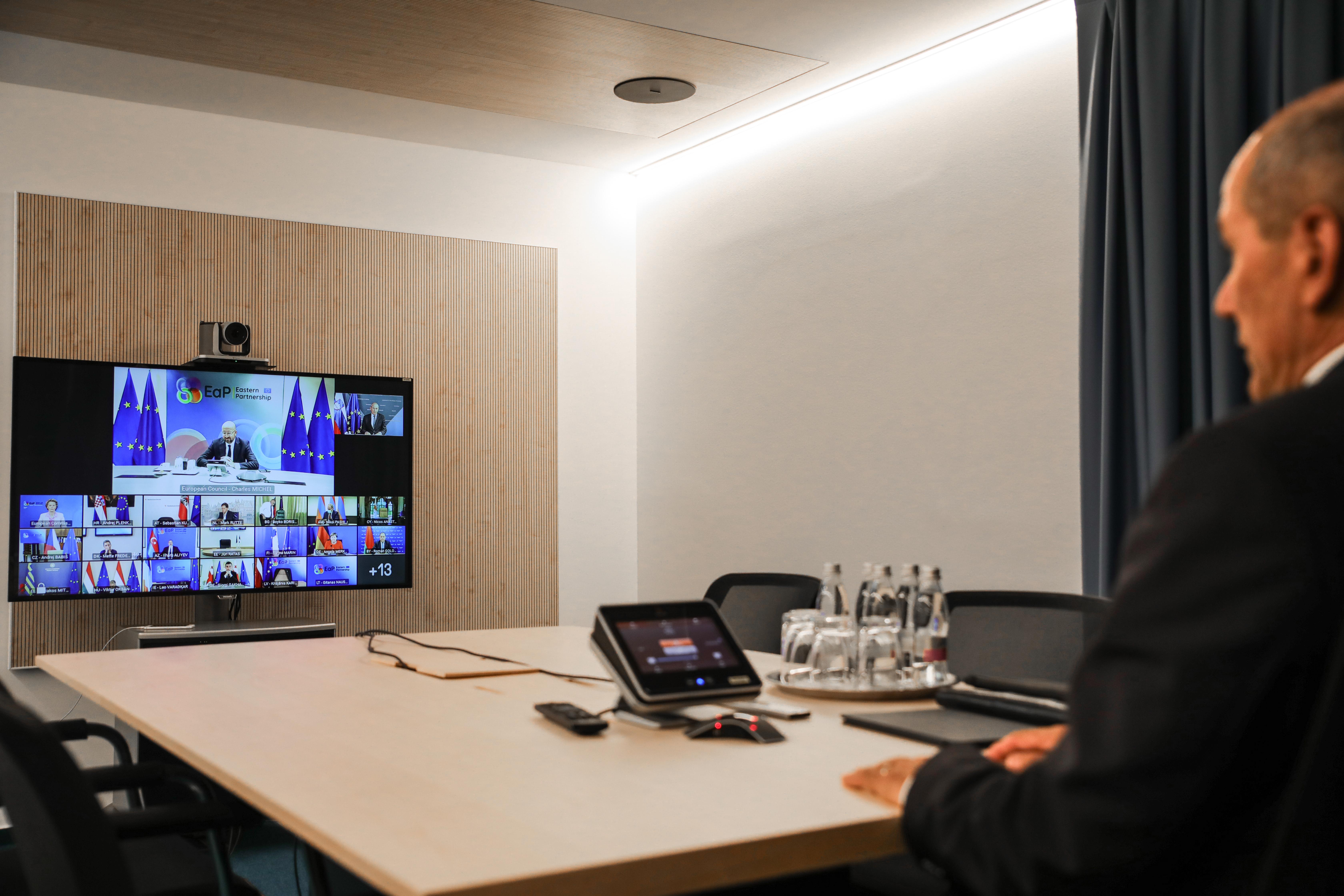 Predsednik Vlade Janez Janša se je danes udeležil videokonferenčnega zasedanja voditeljev držav članic EU in šestih držav Vzhodnega partnerstva