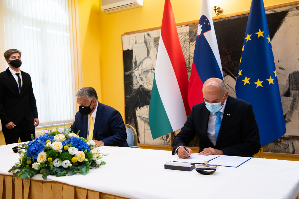 Premiera Janez Janša in Viktor Orban med podpisom meddržavnega sporazuma.
