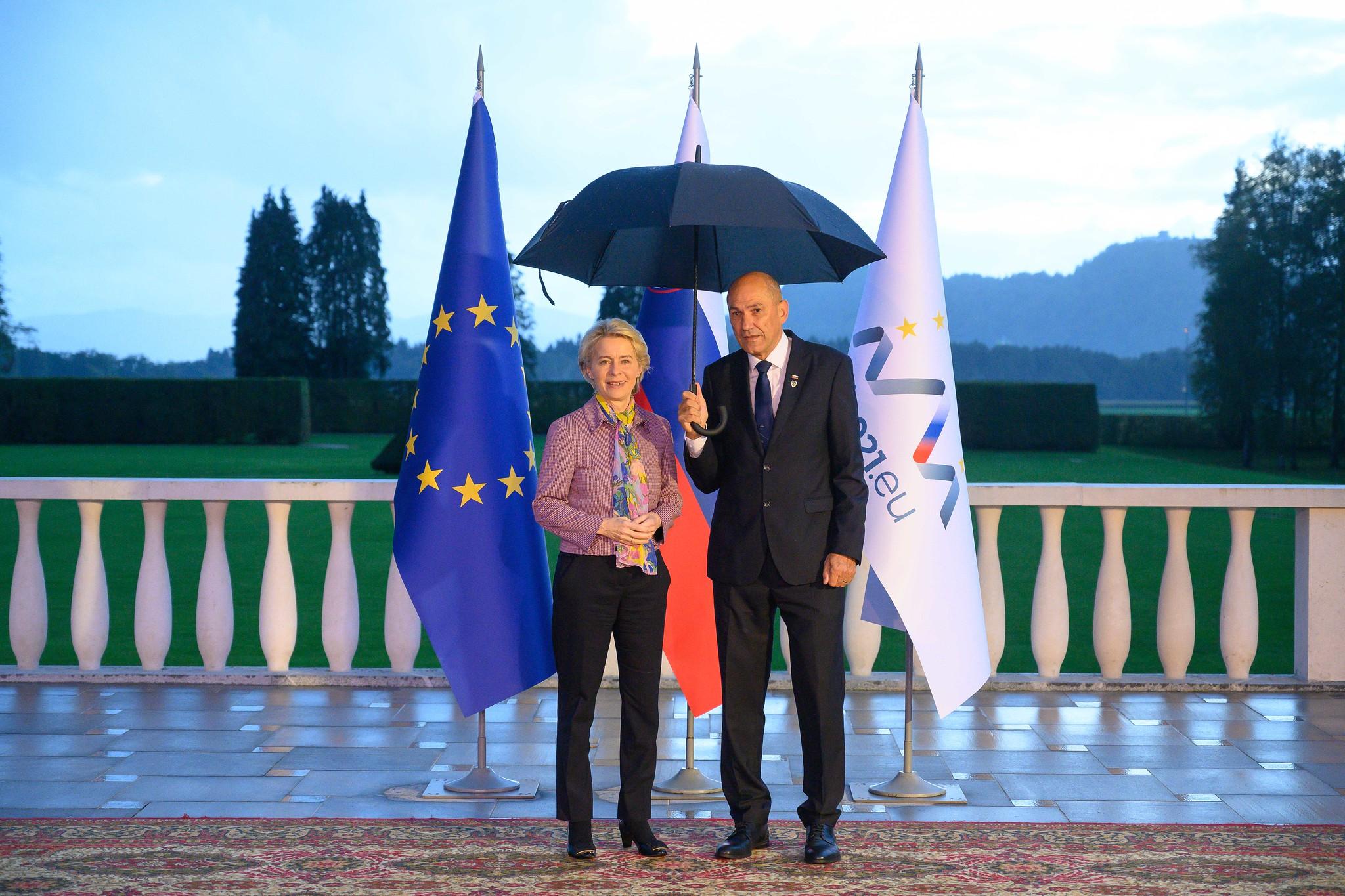 Predsednica Evropske komisije Ursula von der Leyen in predsednik vlade Janez Janša.