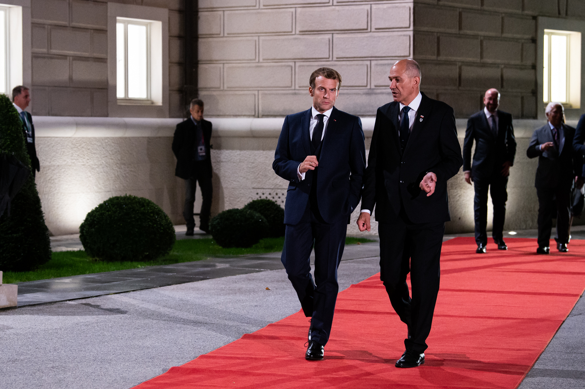 Francoski predsednik Emmanuel Macron in predsednik vlade Janez Janša.