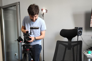 Režiser dokumentarnih filmov David Sipoš stoji in nastavlja kamero..