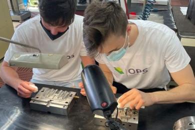 Jakob Sada in Filip Drofenik delata poskus.