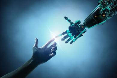 Človeška in umetna roka se dotikata s prsti