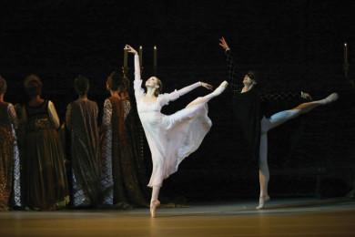 Baletka in baletnik nastopata na odru.