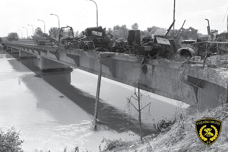 Uničena vozila na mostu.