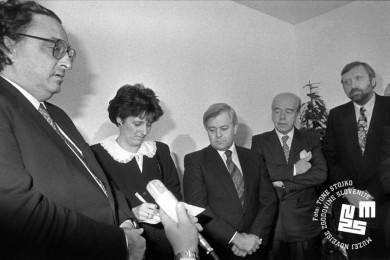 Gianni de Michelis, prevajalka, Milan Kučan, delegat in Dimitrij Rupel stojijo.