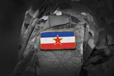 Vojak z jugoslovansko zastavo na rami.