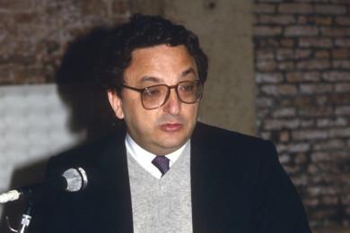 Gianni de Michelis stoji pred mikrofonom.