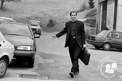 Janez Janša hodi po parkirišču.