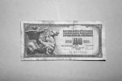 Bankovec za 100 jugoslovanskih dinarjev.