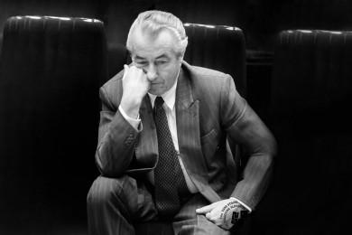Ante Marović sedi in si podpira glavo.