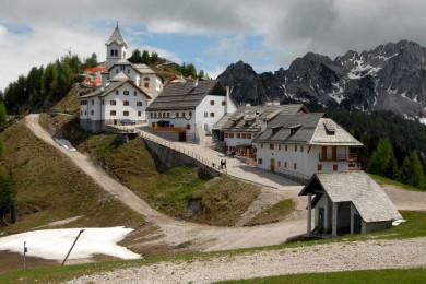Pogled na gore s cerkvijo in hišami.