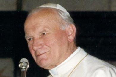 PapežJanez Pavel II pred mikrofonom.
