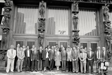 Člani vlade stojijo pred stavbo Državnega zbora.