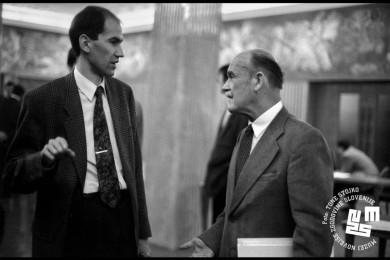 Janša in Bučar se pogovarjata v državnem zboru.