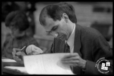 Janez Janša pregleduje papirje v skupščini.