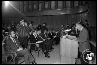 France Bučar govori za govorniškim pultom. Člani skupščine sedijo.