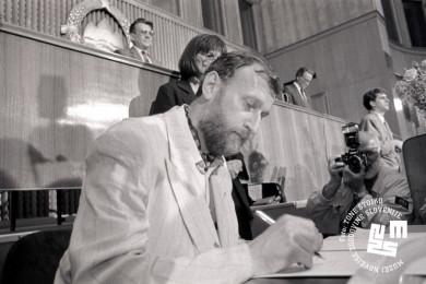 Dušan Plut podpisuje izjavo v skupščini.