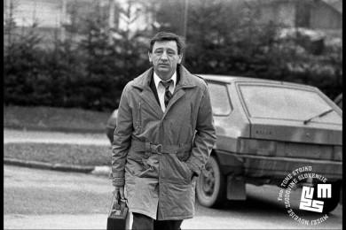 Franc Zagožen hodi po parkirišču.