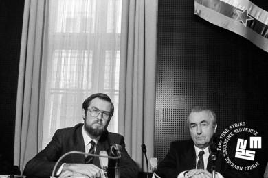 Lojze Peterle in Anet Marković sedita za mizo.