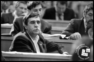 Ciril Ribičič sedi v skupščini, v ozadju ostali člani..