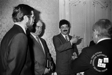 Lojze Peterle, predstavnik Črne gore, Momir Bulatović in Milan Kučan stojijo in se pogovarjajo.