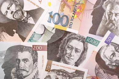 Različne vrednosti bankovcev, ki so položeni eden čez drugega.