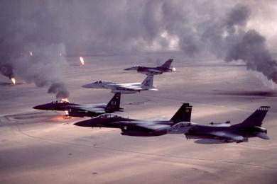Letala letijo, zračni napad, ogenj in dim.